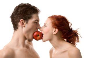 Man-woman-eating-apple